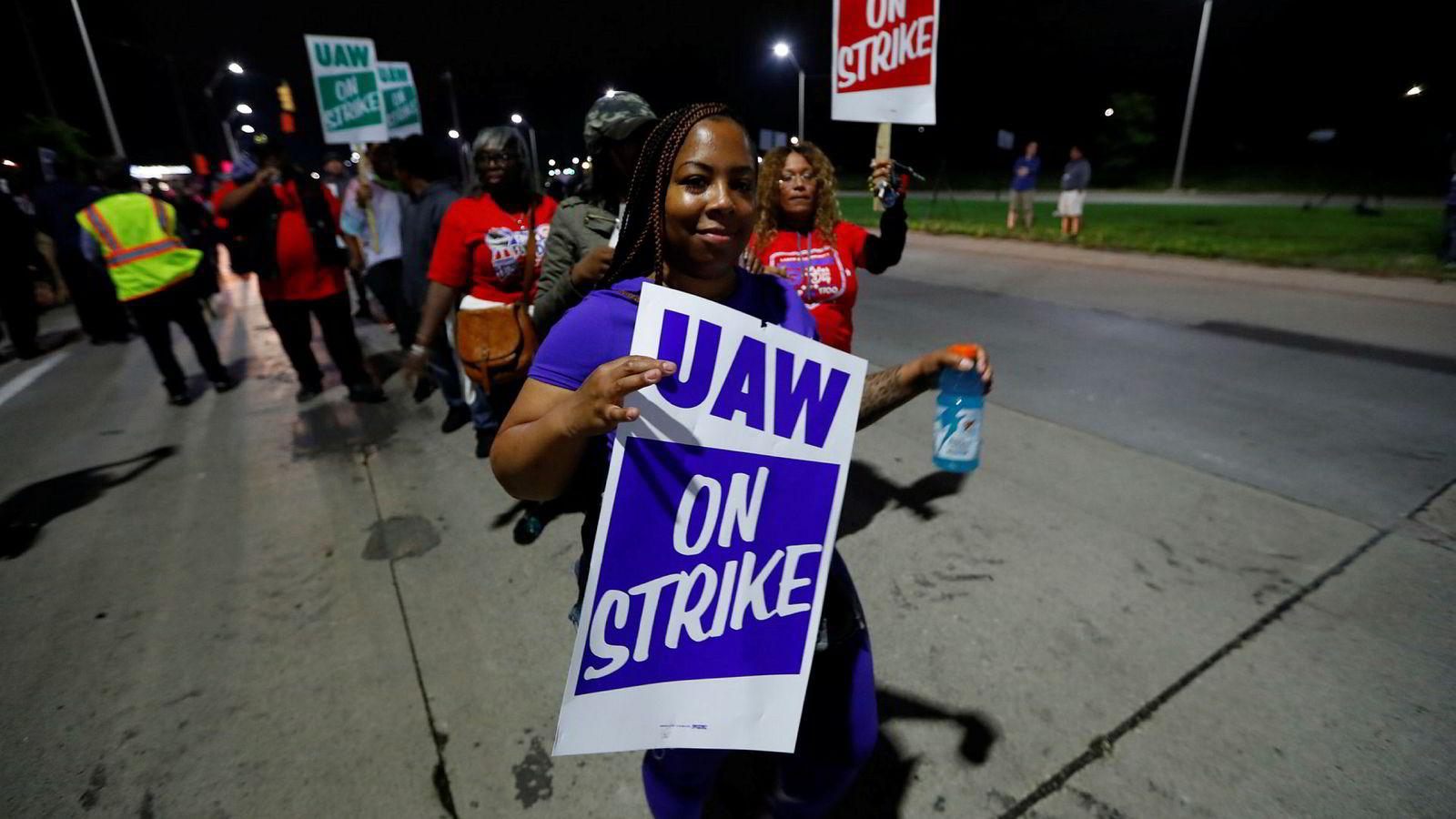 Nærmere 50.000 arbeidere hos den amerikanske bilgiganten General Motors i USA la mandag morgen ned arbeidet og gikk ut i streik.