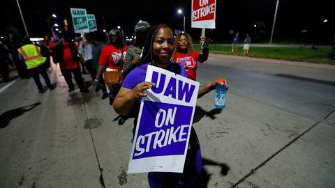 Nærmere 50.000 arbeidere hos den amerikanske bilgiganten General Motors i USA la mandag morgen ned arbeidet og gikk ut i streik. Foto: AP / NTB scanpix
