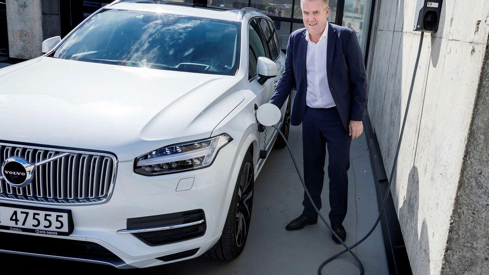 – Vi har biler som vi ikke vet hva vil koste etter nyttår, sier administrerende direktør Frode Hebnes i Bilia, om blant andre denne, en Volvo XC90. I liket med resten av bilbransjen etterlyser han en avklaring fra regjeringen av hvordan bilavgiftene skal beregnes.