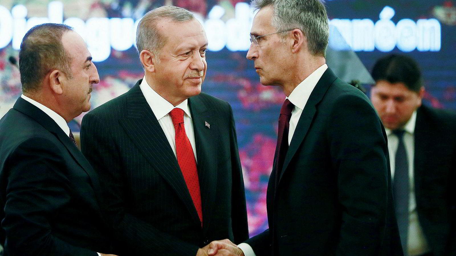 En bekymret Nato-sjef Jens Stoltenberg (til høyre) møtte mandag Tyrkias president Erdogan (i midten)