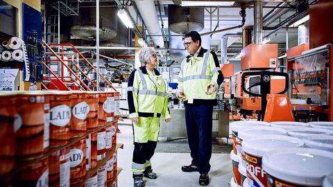 Produksjonsarbeider Bente Haugen og konsernsjef Morten Fon i Jotun registrerer økt salg av husmaling, mens konsernet sliter innen shipping og offshore. Foto: Morten Rakke