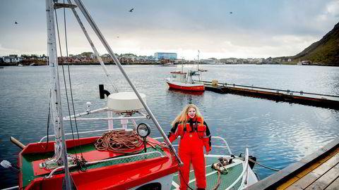 Fisker Siv Hege Rokkan Iversen, 25 år, Ballstad, på sjarken Rokkan vet ikke om fisket og inntekten hennes blir halvert neste år.
