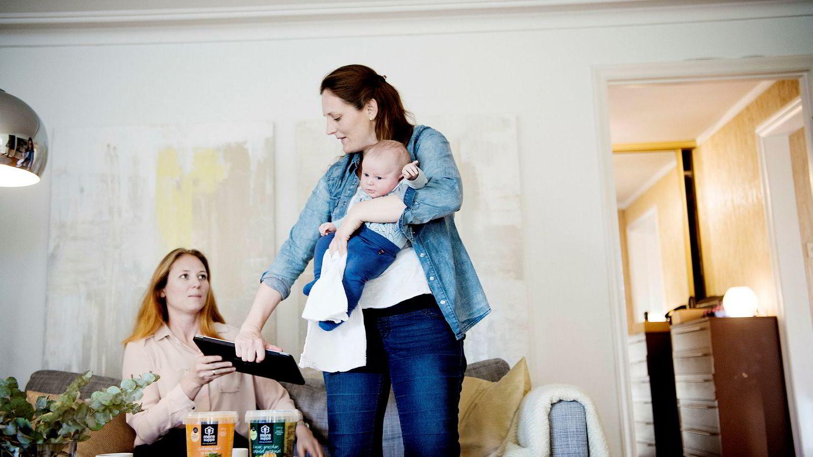 Jannike Isachsen med sin nybakte sønn Jonas gir søsteren Elisabeth I. Rye-Florentz pc-en som viser at Mere Mat vil få en vekst på over 3000 prosent siden 2010.