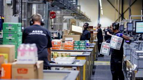 Når det gjelder den sterke årlige prisveksten på 2,9 prosent peker SSB fortsatt på høye strømpriser og økende matvarepriser som de viktigste årsakene. Her fra Askos sentrallager i Vestby i Akershus