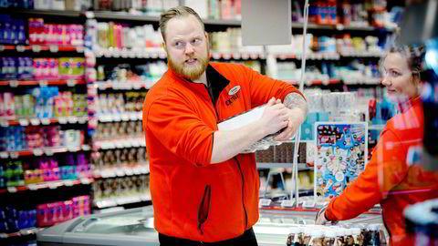 Tromsø er en av byene med intens konkurranse innen dagligvare. Her er assisterende butikksjef Sylvester Willumsen på Coop Extra Langnes sammen med butikkmedarbeider Sarah Sætre fra en tidligere anledning.