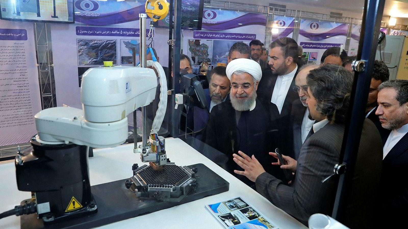 EU-stormakter ber Iran innstendig ikke overgå atomavtalens grense for lagring av uran. På bildet fra ifjor får Irans president Hassan Rouhani informasjon om landets atomprogram.