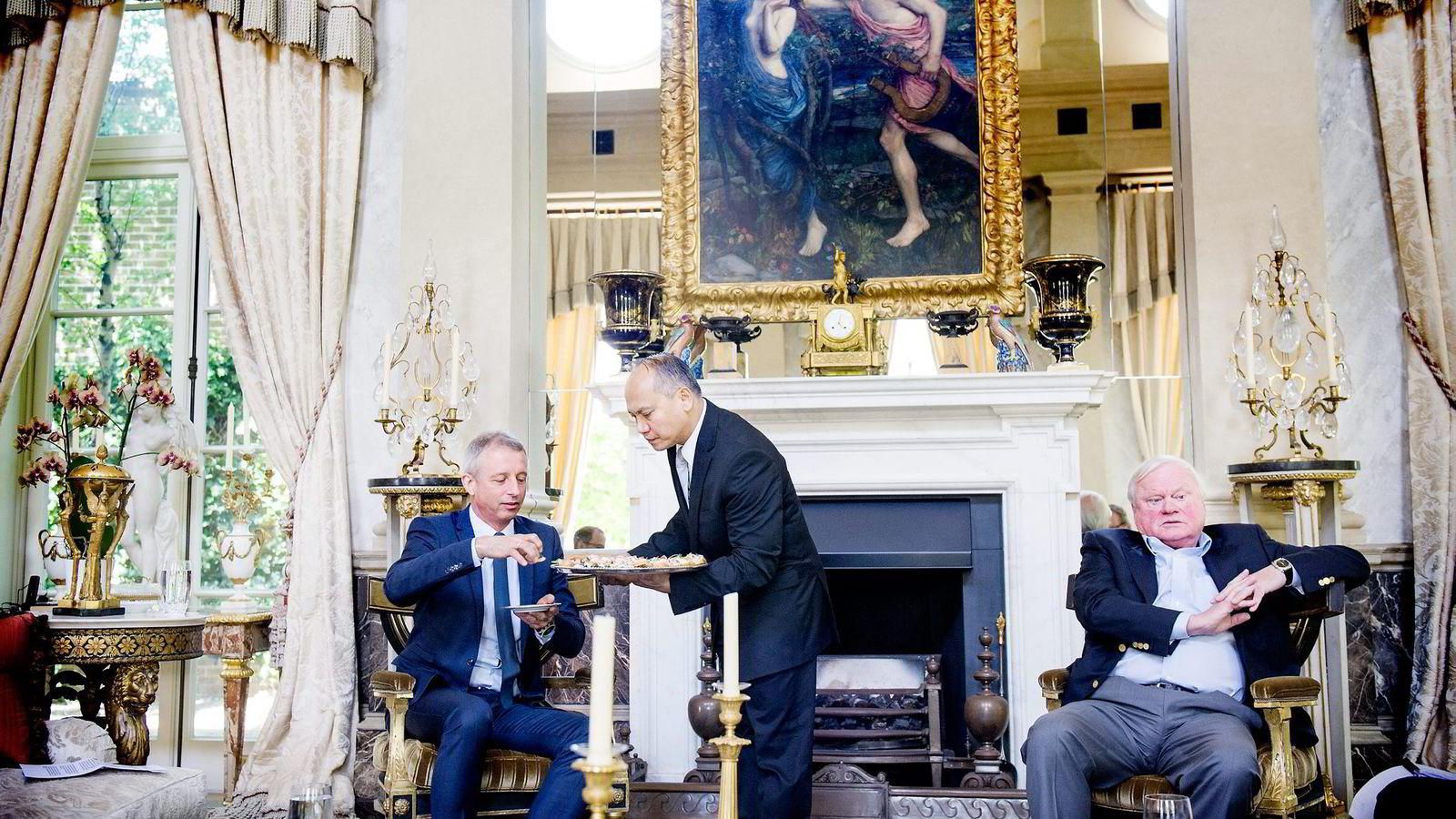 Kanapeer sto på menyen da John Fredriksen ønsket Jo Lunder velkommen i milliardvillaen The Old Rectory i London i mai. Nå permitteres han fra toppjobben.