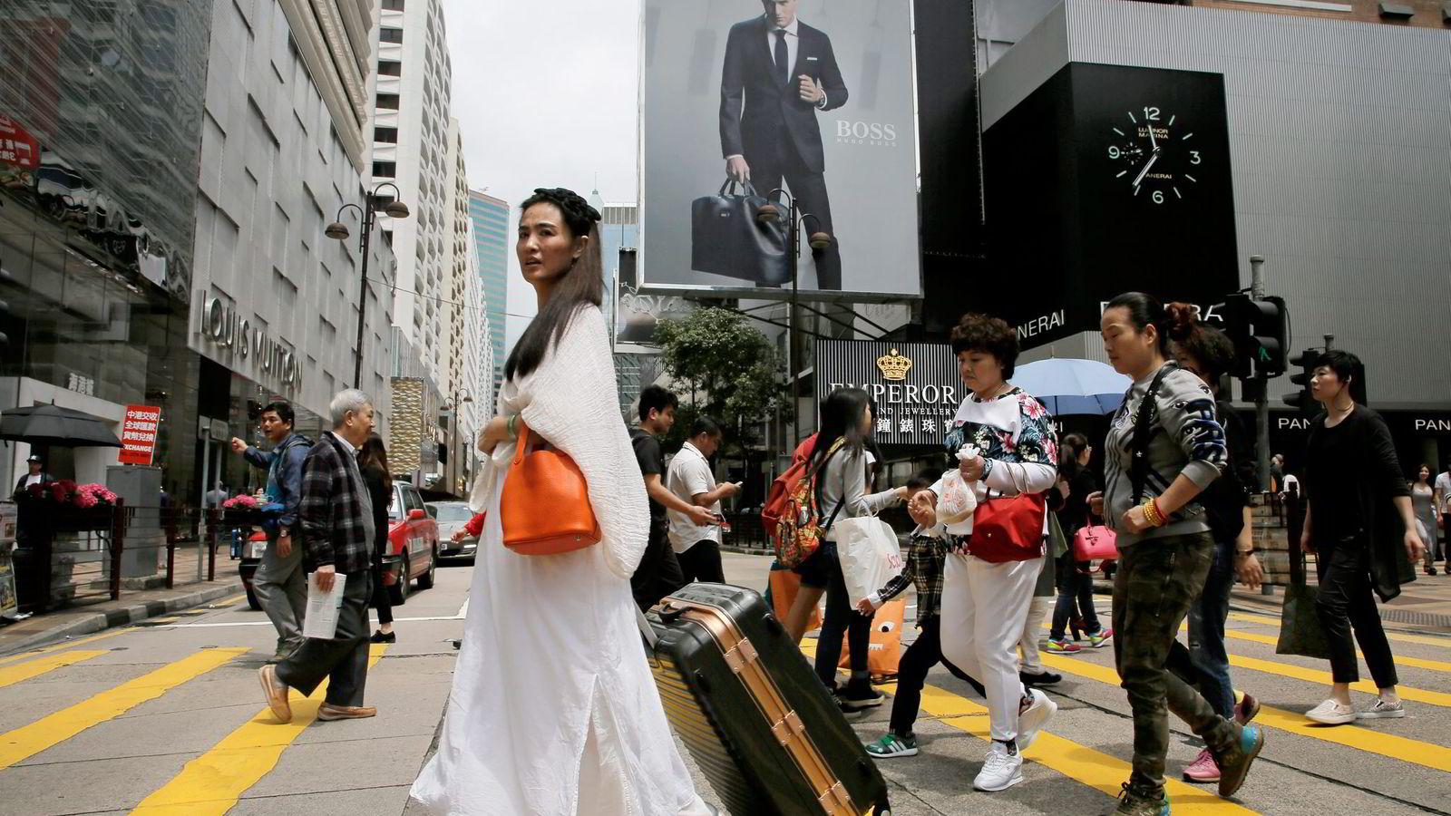 En sterk dollar gjør det dyrere å handle i Hong Kong og europeiske produsenter av luksusmerkenavn er hardt rammet. Her fra en av mange handlegater i Hong Kong. Foto: Vincent Yu, AP Photo