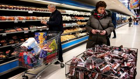 Hovedhandlegata på Nordby Supermarket er 130 meter lang. Ekteparet Leif og Karin Syversen fra Romsås i Oslo har full kontroll på hva som lønner seg når de er på månedlige handleturer til Nordby.