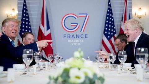 USAs president Donald Trump og Storbritannias statsminister Boris Johnson under et frokostmøte i Biarritz i Frankrike søndag.