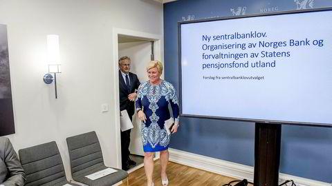 Siv Jensen fikk fredag overlevert sentralbanklovutvalgets rapport fra utvalgsleder Svein Gjedrem. Utvalget foreslår at det opprettes et særlovsselskap som skal forvalte fondet utenfor banken.