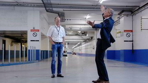 Administrerende direktør Rolf Thorsen i Oslo S Utvikling viser Gunnar Gjørtz i KLP Eiendom hvor god plass det er i kjelleren under Barcode-rekken. Foto: Nicklas Knudsen