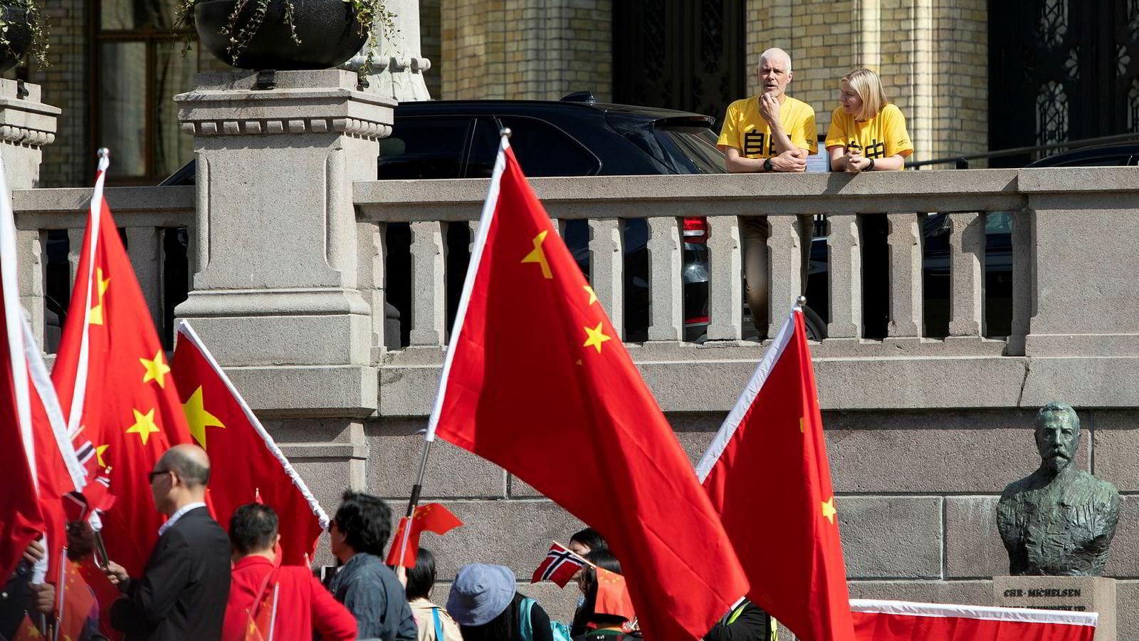 Både Guri Melby og Petter Eide hadde på seg gule t-skjorter fra Amnesty da kineserne besøkte Oslo.