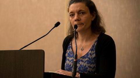 Enken Nadege Dubois-Seex saksøker Boeing. Bildet er fra en pressekonferanse i Paris tirsdag der hun kunngjør søksmålet sammen med sin advokat.