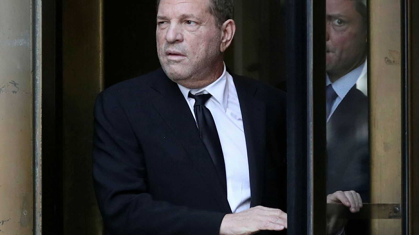 Filmprodusent Harvey Weinstein forlater en rettssal i New York 26. august i år.