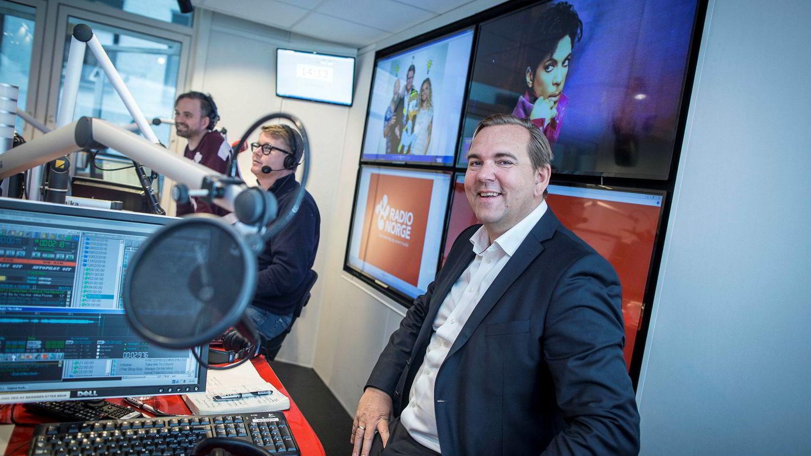 Lasse Kokvik er sjef i Bauer Media, som blant annet står bak Radio 1 og Radio Norge. I bakgrunnen sitter Arne Martin Vistnes og Øyvind Loven.