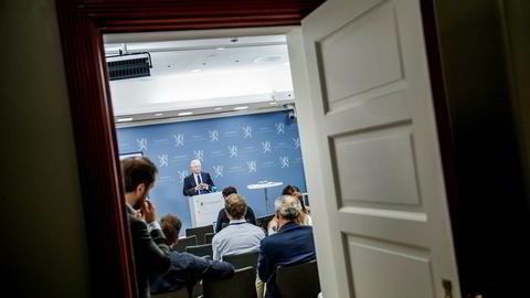 Svein Gjedrem overleverte rapporten om ny sentralbanklov til finansminister Siv Jensen fredag.