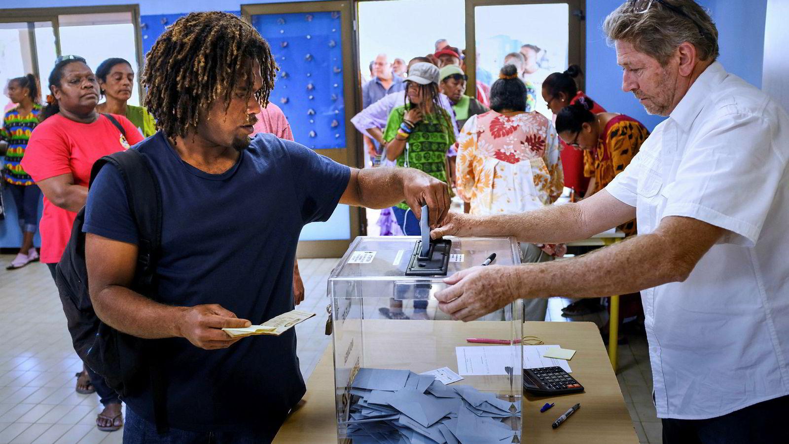 En velger leverer sin stemme på Ny-Caledonia.