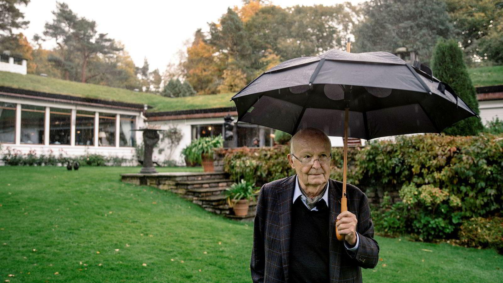 Etter over 60 år i familiens i eie blir Rieber Garden nå lagt ut for salg. – Bergensværet. Dette er en av grunnene til at jeg ønsker flytte, sier Bjarne Rieber når høstdråper på nytt avbryter turen i det enorme parkanlegget.