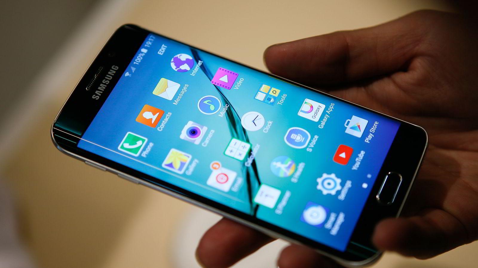 Barcelona, 1. mars 2015: Samsung Galaxy S6 edge kan erstatte betalingskort med magnetstripe slik at man kan betale med mobilen også i eldre betalingsterminaler. Foto: Albert Gea / NTB Scanpix
