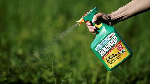 Det omstridte ugressmiddelet Roundup er mye brukt også i Norge. Nå har en kreftrammet bonde gått til sak mot produsenten Monsanto for å ha underslått opplysninger om kreftfaren ved bruk av middelet.