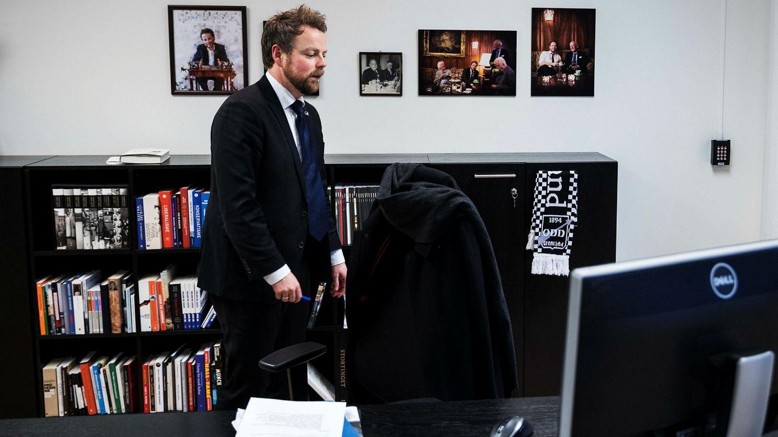 Næringsminister Torbjørn Røe Isaksen er bekymret over at for få norske teknologiselskaper blir til vekstlokomotiver.