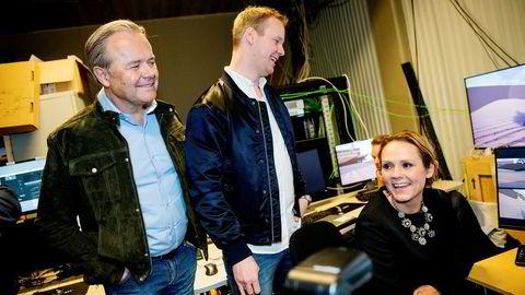 Gründerne Jens Petter Høili og Bård Anders Kasin under presentasjonen av vr-teknologien bak «Lost in Time» til tidligere kulturminister Linda Hofstad Helleland.