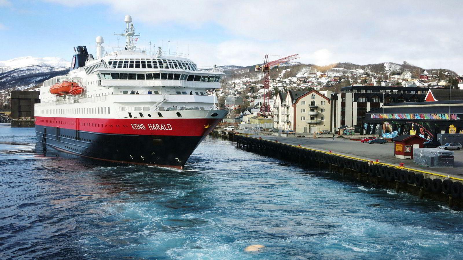 Hurtigruten er skuffet over dommen til lagmannsretten. Norsk Havneforening er imidlertid uenige med Hurtigrutens rettslige forståelse av dommen. Avbildet er Hurtigruten Kong Harald som legger til kai i Harstad.