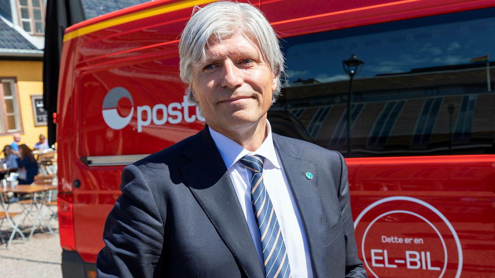 Klima- og miljøminister Ola Elvestuen ved en av Postens elektriske varebiler. Han har tro på at klimamålene kan nås.
