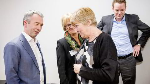 Telenors Knut-Ivar Solnes (fra høyre) og LO-leder Gerd Kristiansen forsøker å skvise mer ut av salget av Amedia til Sparebankstiftelsen DNB, her ved styreleder Randi Eek Thorsen og administrerende direktør André Støylen. Foto: Gunnar Lier