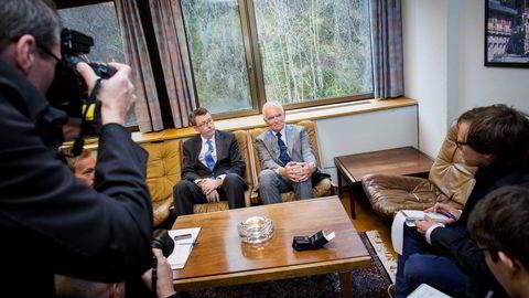 SAMMEN MOT SØNNEN. Trond Mohn tok i Bergen tirsdag imot Alfa Lavals konsernsjef, Lars Renström (til venstre), på kontoret i hovedkvarteret, som også er konsulat for Sør-Korea. Ingen av dem vil dele detaljer med Frederik W. Mohn. Foto: Eivind Senneset