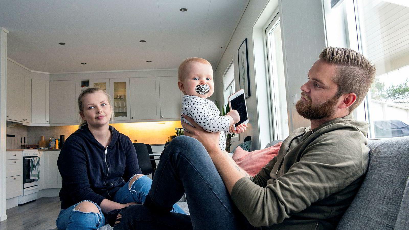 – Det passer fint med pappaperm nå som fotball-VM starter, sier pappa Stian Sundal. Ni måneder gamle Sophie vil imidlertid også kjempe om oppmerksomheten til Sundal og samboer Rebekka Ølmheim.