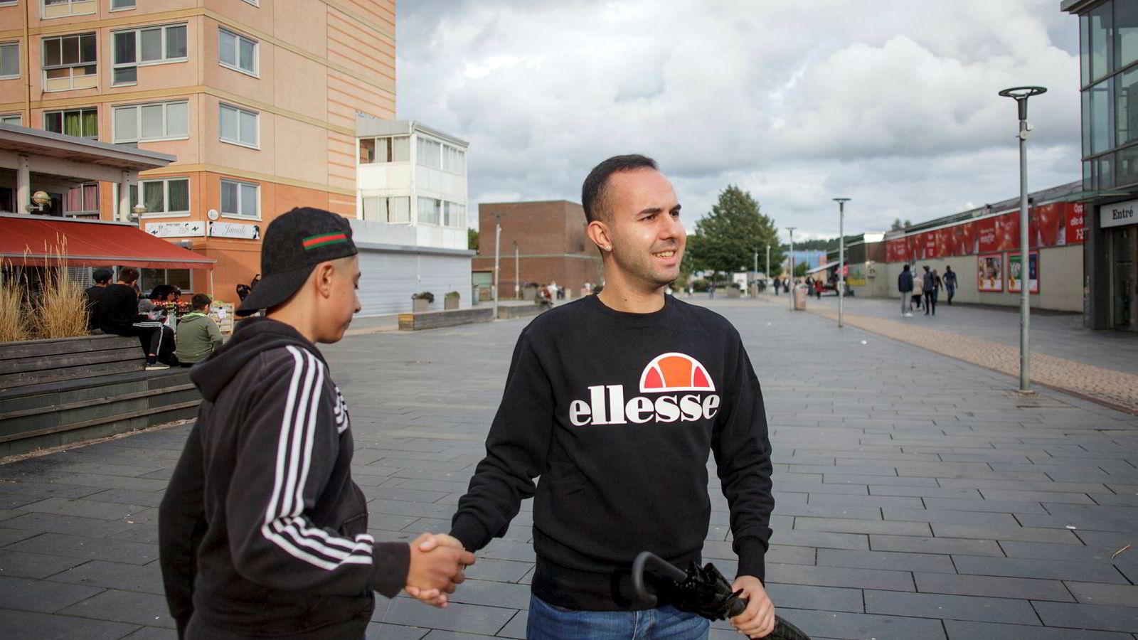 Avi Bidlis (23) har jobbet som førskolelærer i drabantbyen Hjällbo og kjenner ungdommene i bydelen. Han mener de er uskyldig i bilbrannene, og at det er gjenger utenfra som har tent dem på.