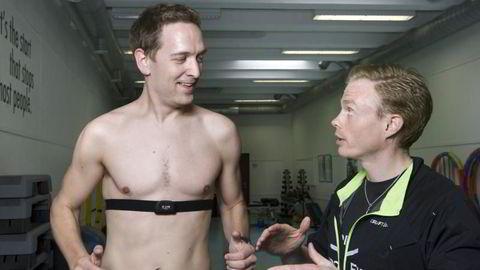 Triatlet Vidar Graff (29) får testet løpesteget hos fysioterapeut Ola Høva (th) i Studio Fysio. Foto: Elin Høyland