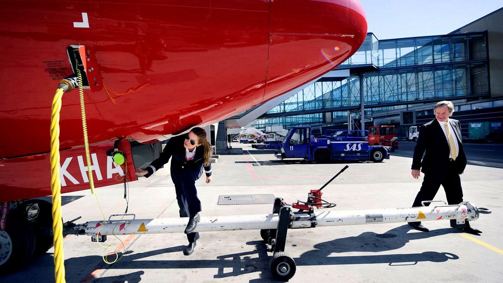 Norwegian-sjef Bjørn Kjos har i det stille overført det meste av familiens flyaksjer til de tre barna. Her på Oslo lufthavn med datteren Anna Helene Kjos-Mathisen, da hun jobbet som pilot i 2011.