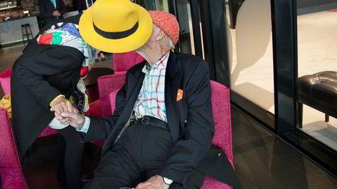 Sissel Berdal Haga (bak hatten) er designansvarlig for vennen Olav Thons (også bak hatten) hoteller.