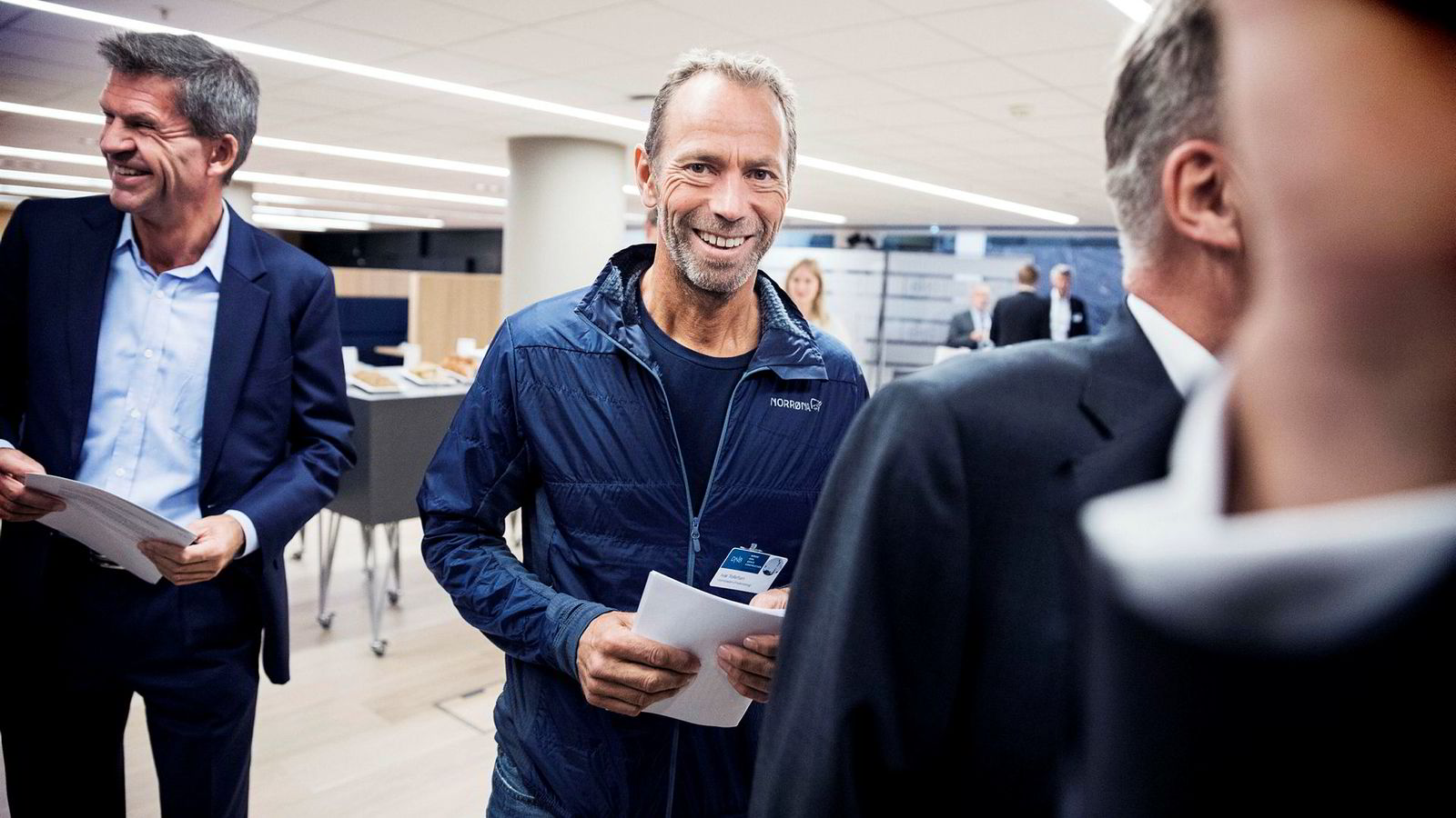 Ivar Tollefsen (t.h.) mener boligprisene skal videre opp. Her på DNBs eiendomskonferanse torsdag. Til venstre DNB Markets-sjef Ottar Ertzeid.