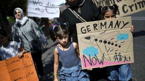«Spissformulert kan vi si at argumenter basert på menneskerettigheter har moralsk legitimitet, men det er også alt de har. Unntaket er der rettighetene kan håndheves av uavhengige domstoler som respekteres av de øvrige statsmaktene. Domstolskontrollen er derfor avgjørende for en effektiv beskyttelse av menneskerettighetene», skriver innleggsforfatteren. Bildet er fra en demonstrasjon i Aten, mot tyske regler for familiegjenforening.