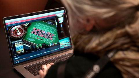 Selv om det eksisterer et lovverk som pålegger norske banker å hindre betaling til utenlandske gamblingselskaper, er dette alt annet enn vanntett, skriver artikkelforfatteren.
