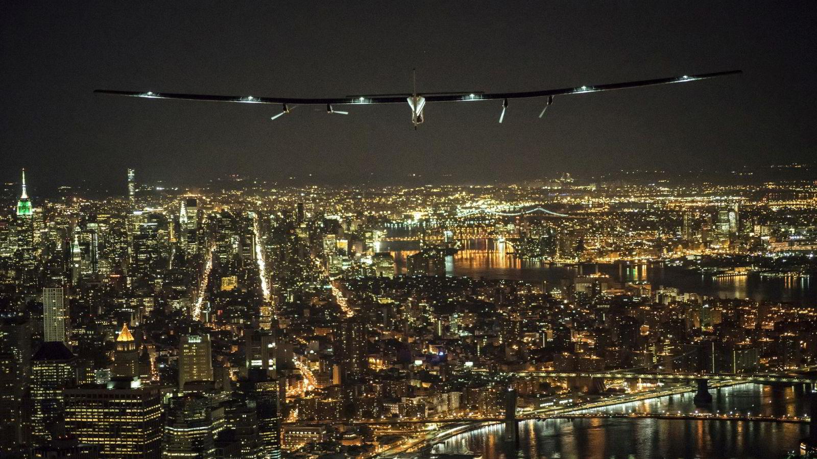 Det må investeres mer i infrastruktur i det meste av verden de kommende årene for å opprettholde veksten. På bildet ser vi solenergiflyet Solar Impulse 2 fly over Manhattan på vei inn for landing på Kennedy-flyplassen tidligere i juni. Foto: Andre Borshberg/Jean Revillard/Reuters/NTB scanpix