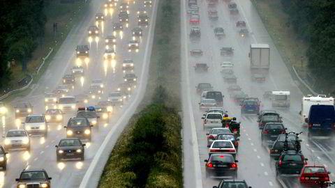 Regjeringen i Tyskland får kritikk for å la den mektige bilindustrien slippe for billig unna utslippskrav.