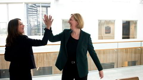 Hege Skryseth, administrerende direktør i Kongsberg Digital (til venstre) og Agnete Johnsgaard-Lewis, ny administrerende direktør i Norske Shell inngår en strategisk partnerskapsavtale.