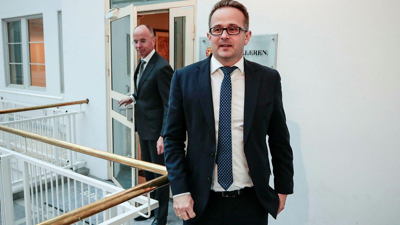 Riksmekler Mats Wilhelm Ruland og Nils-Henrik Mørch von der Fehr møter pressen i forbindelse med sykehusoppgjøret tirsdag kveld på riksmeklerens kontor i Oslo.