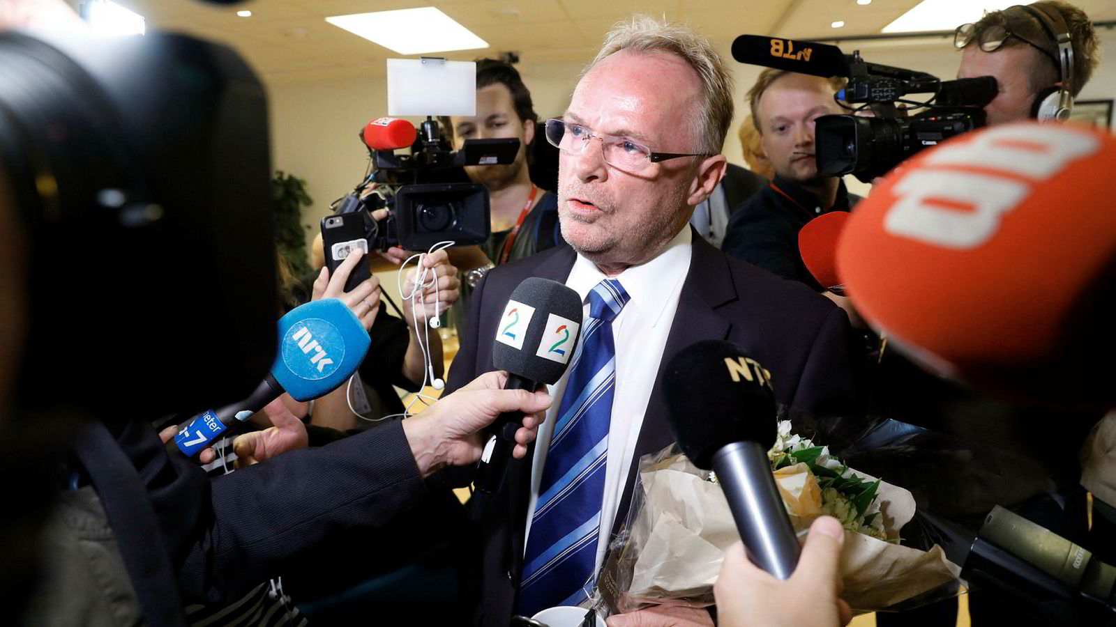 Avgått fiskeriminister Per Sandberg snakker med pressen før han overleverer nøkkelen til ny fiskeriminister Tom Harald Nesvik.