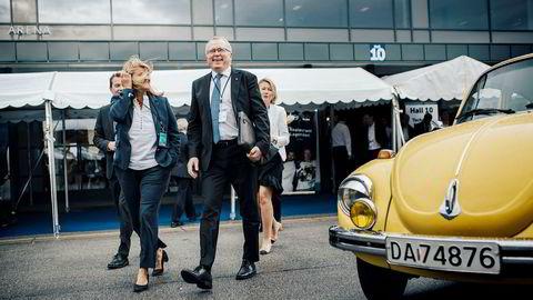 Konsernsjef Eldar Sætre mener oljeindustriens massive klimautslipp ikke er bærekraftig. Tirsdag morgen vil selskapet lansere en av sine største klimasatsninger noensinne. Her er Sætre sammen med konserndirektør Margareth Øvrum på vei til selskapets oljemessestand.