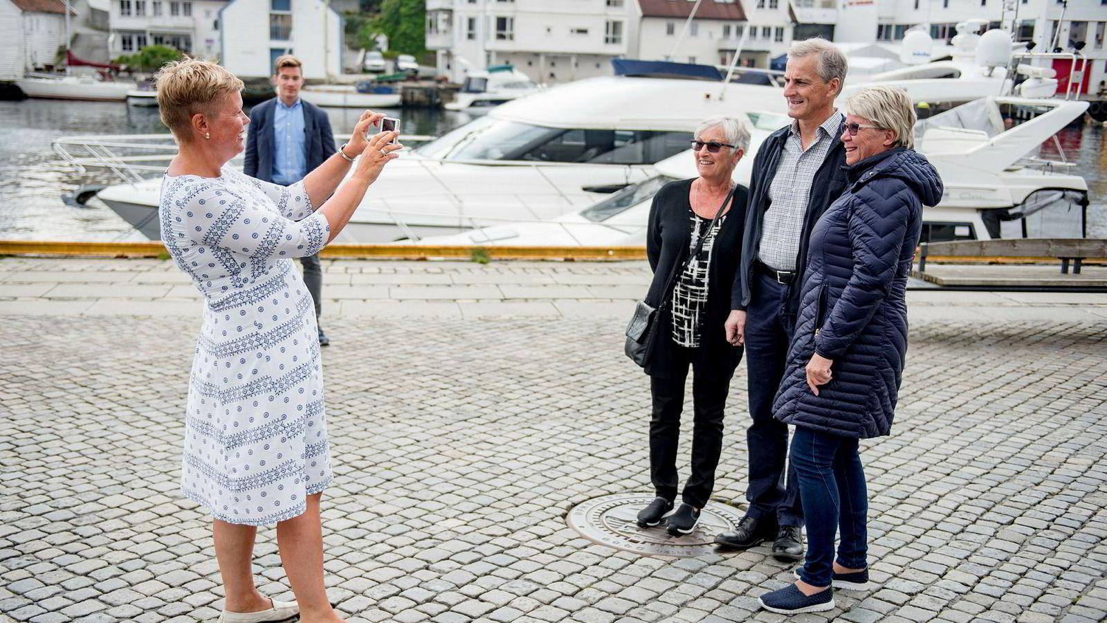 Fra venstre: Stortingsrepresentant Hege Haukeland Liadal, Inger Marie Johannessen, Jonas Gahr Støre og Kate Hille Jacobsen på bryggen i Haugesund. Støre måtte finne tid til å ta et bilde med damene.