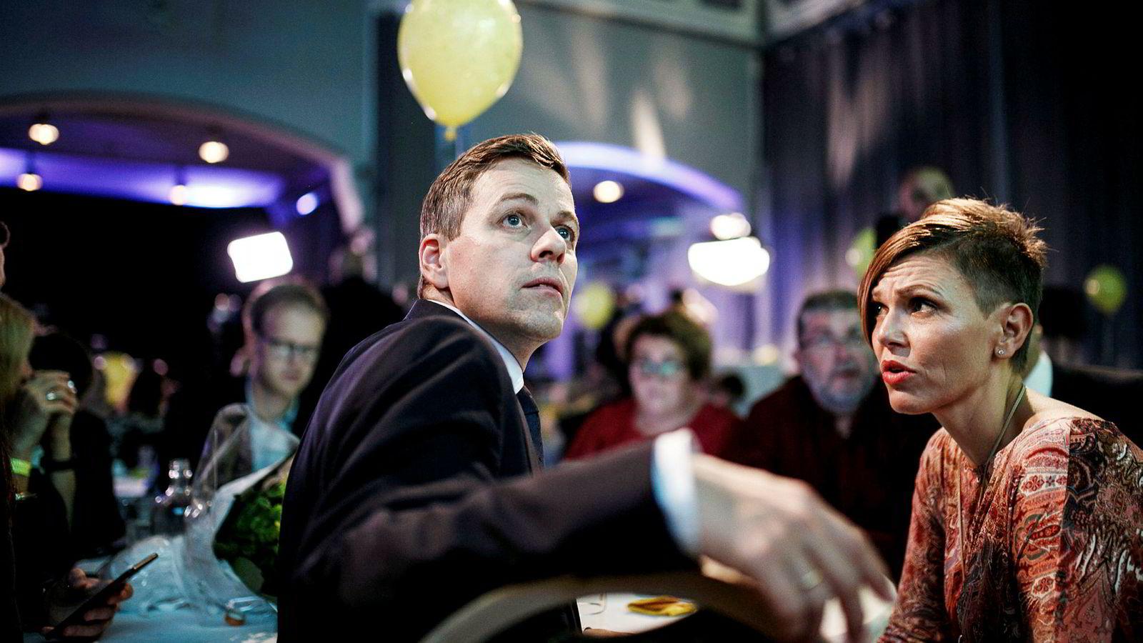 KrF-leder Knut Arild Hareide vil ikke snakke med pressen tirsdag om hva KrF skal gjøre fremover. Her fra mandagens valgvake sammen med blant annet KrF-er Bente Groven-Syversen i sentralstyret.