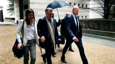 Her er Oljefondssjef Yngve Slyngstad (til høyre) på vei inn i det franske økonomidepartementet i Paris mandag ettermiddag for å snakke om klimarisiko for investorer. Tirsdag deltar han på klimatoppmøte i byen sammen med statsminister Erna Solberg. I midten er ministerråd Henrik Harboe ved den norske ambassaden i Paris. Til venstre er presseansvarlig Marthe Skaar i Oljefondet.