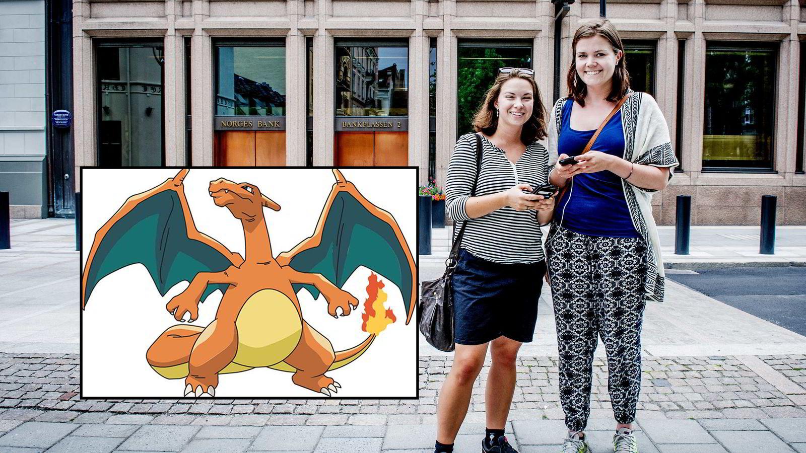 Fra venstre: Hilde Lande (24) og Sunniva Strand (23) spiller Pokemon Go på Bankplassen foran Norges Bank. Foto: Gorm K. Gaare