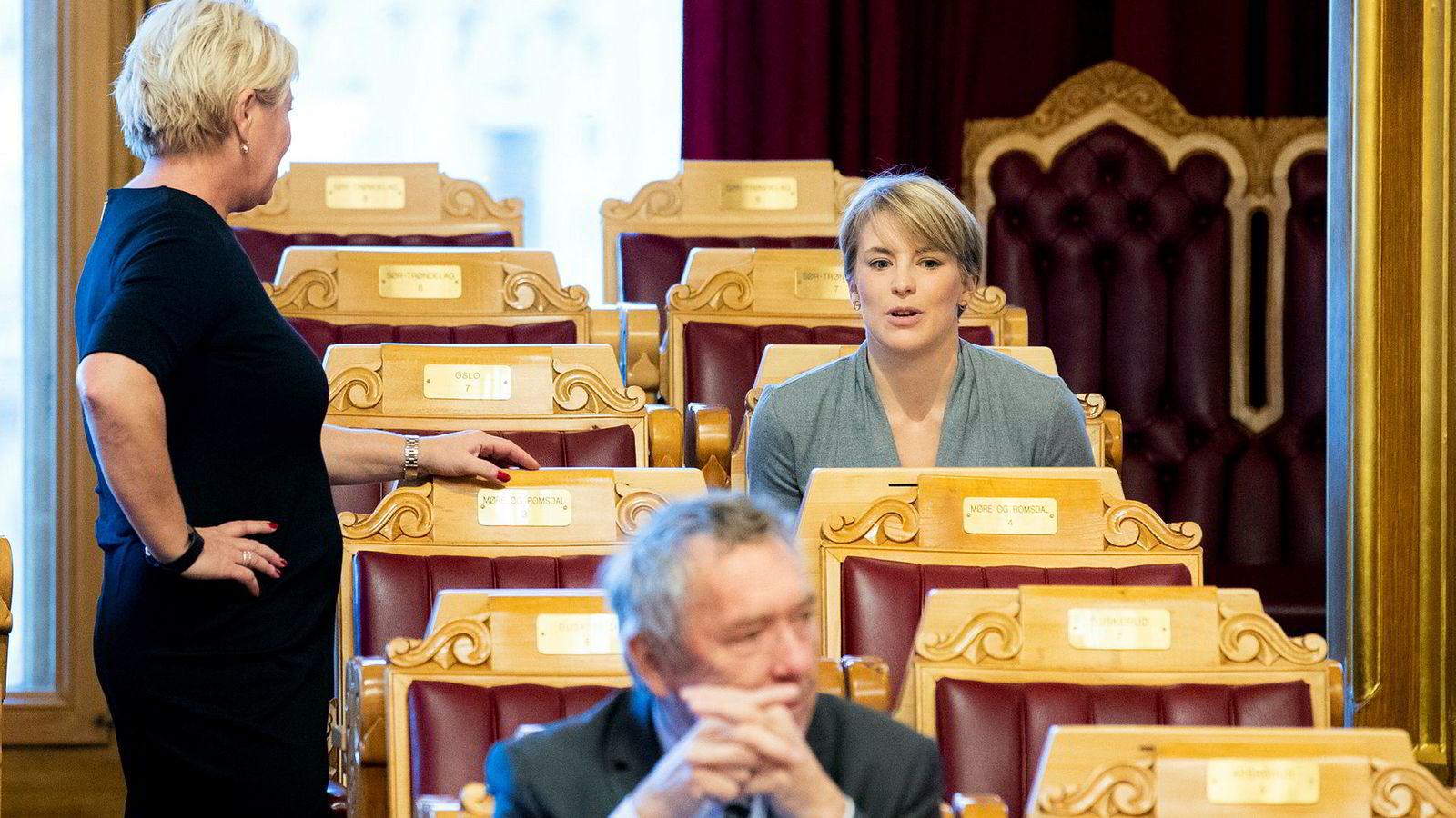 Her snakker Kari Elisabeth Kaski fra SV med finansminister Siv Jensen rett før sistnevntes finanstale i Stortinget i forbindelse med regjeringens fremleggelse av statsbudsjettet for 2019 tidligere denne uken.